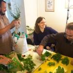 On trie et on regroupe les plantes avant d'inventer les recettes qui iront avec la cueillette du jour.