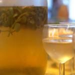 Le fameux vin blanc au lierre terrestre. Étrangement, la bouteille se vide très vite.